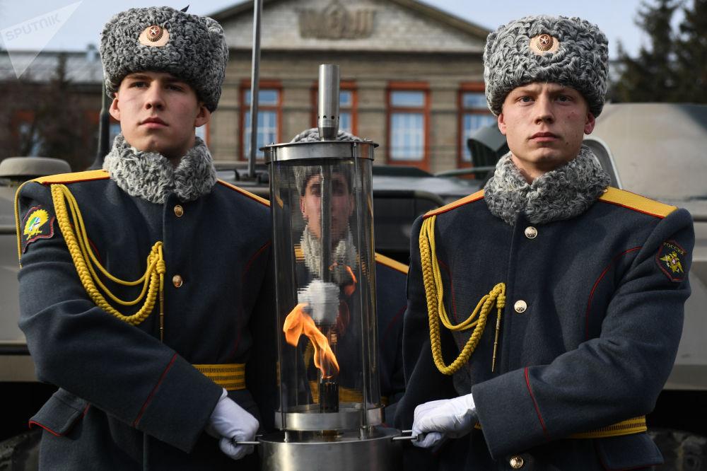 Soldados da Guarda de Honra do Exército da Rússia transportam tocha da Chama Eterna