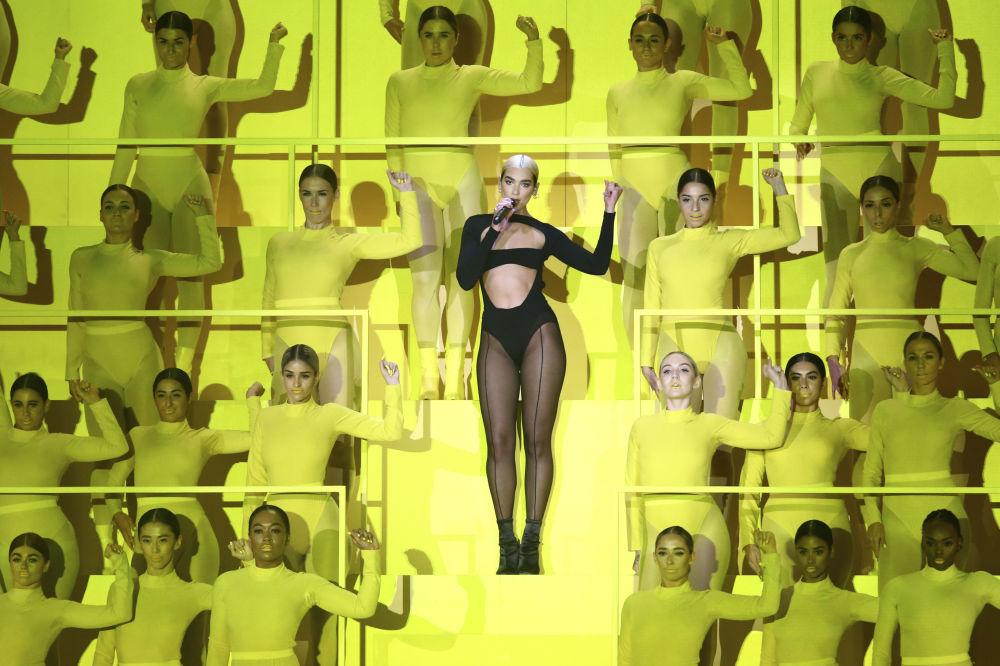 Cantora Dua Lipa, no centro da foto, durante a cerimônia do European MTV Awards em Sevilha, Espanha