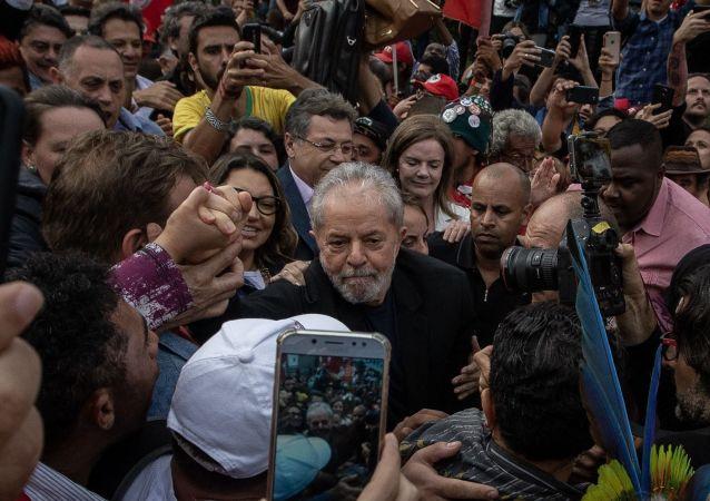 Ex-presidente Luiz Inácio Lula da Silva deixando a carceragem da Polícia Federal de Curitiba