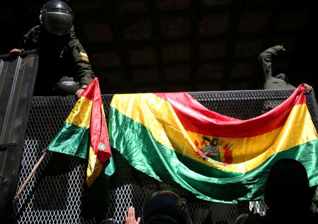 Policiais bolivianos em La Paz se unem aos manifestantes