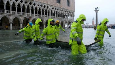 Praça de São Marcos inundada após período de maré alta em Veneza, Itália