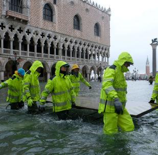 Praça de San Marco inundada após período de maré alta em Veneza, Itália