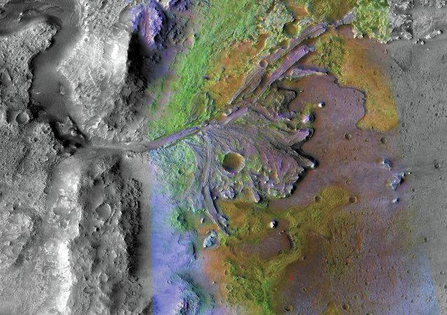 Imagem colorida do delta da cratera marciana de Jezero, que já abrigou lago