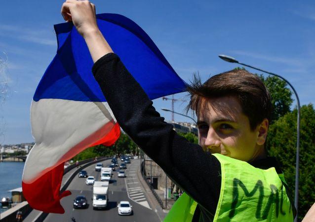 Manifestante dos Coletes Amarelos em Paris.