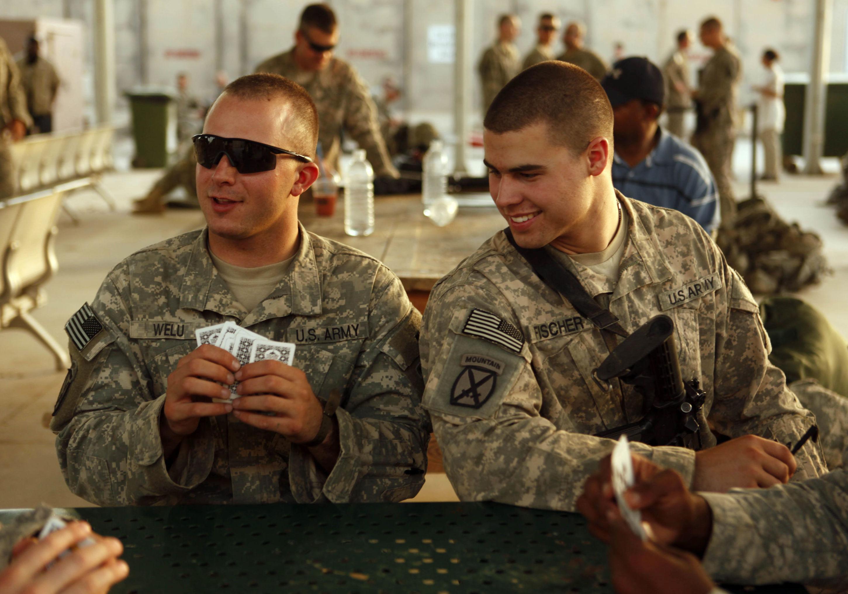 Soldados dos EUA jogam cartas em Bagdad, no Iraque, em Bagdá, em 2010