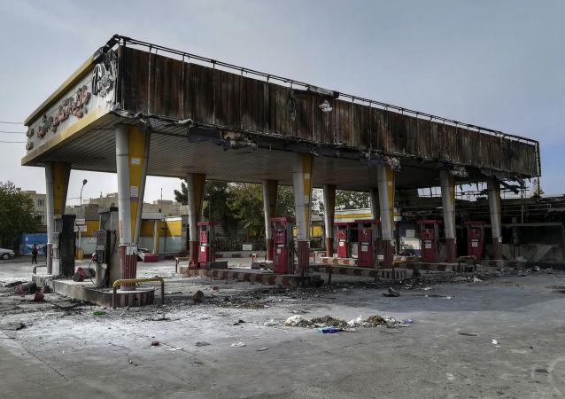Agência estudantil do Irã (ISNA) publica foto de posto de gasolina que teria sido incendiado após o aumento dos preços dos combustíveis, em 17 de novembro de 2019