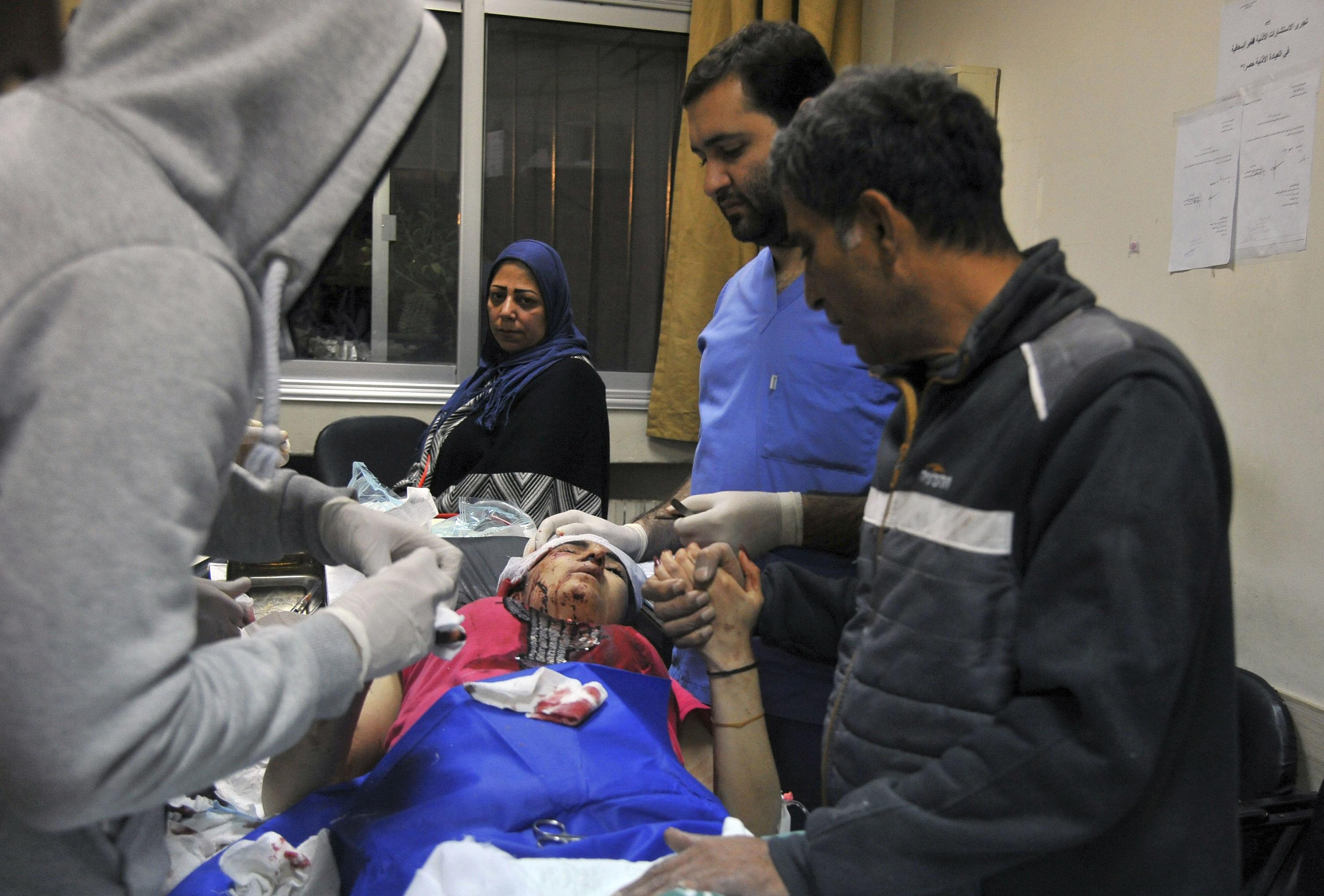 Foto publicada pela agência de notícias SANA mostra paramédicos atendendo vítima de ataque israelense em hospital em Damasco, em 20 de novembro de 2019