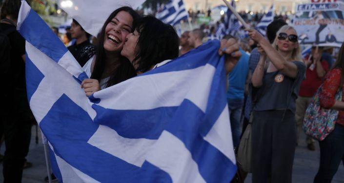 A reação dos manifestantes de Não voto depois dos primeiros resultados do referendo na praça Syntagma em Atenas no 5 de julho 2015.