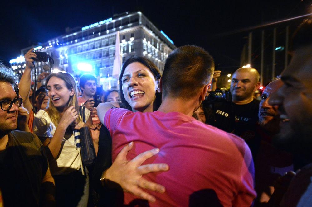 O presidente do parlamento grego e membro do partido Syriza, Zoe Kostantopoulou abraça um Não apoiante durante as celebrações dos resultados do referendo em Atenas no 5 de julho 2015.
