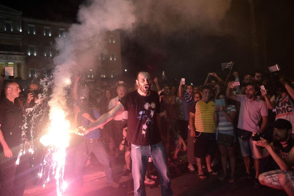 As pessoas celebram a vitória do Não voto depois do referendo em Atenas, 5 de julho 2015.