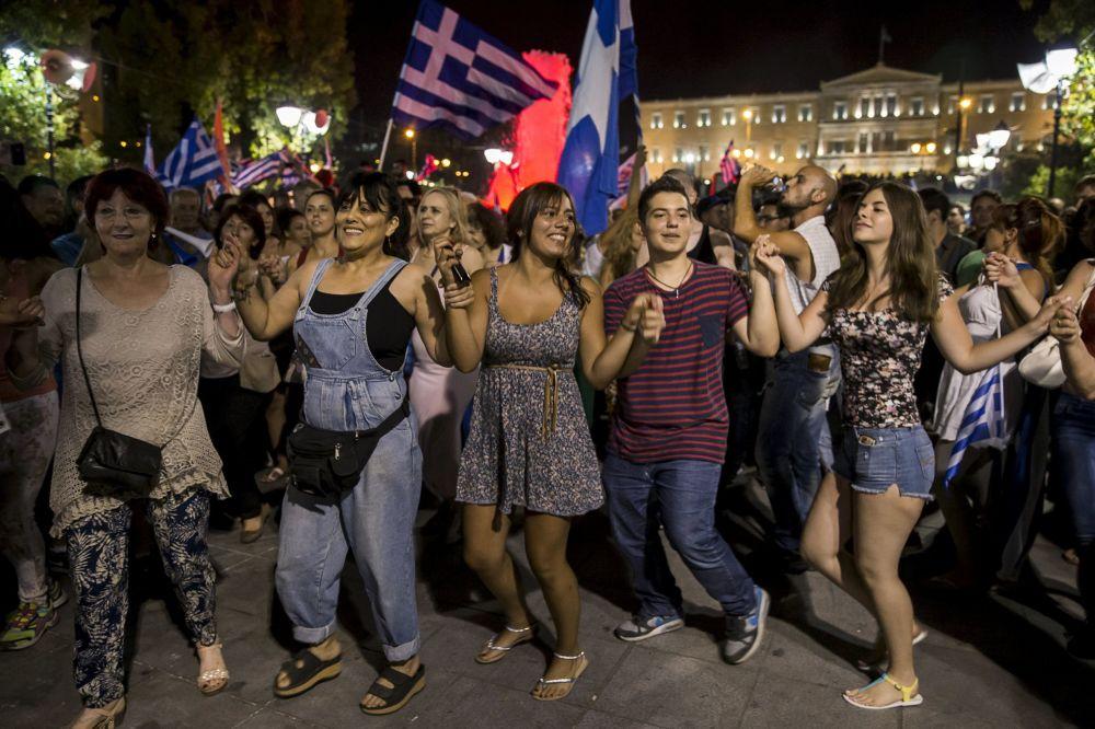 Apoiantes de Não voto celebram os resultados do referendo na Grécia em uma rua no centro de Atenas.