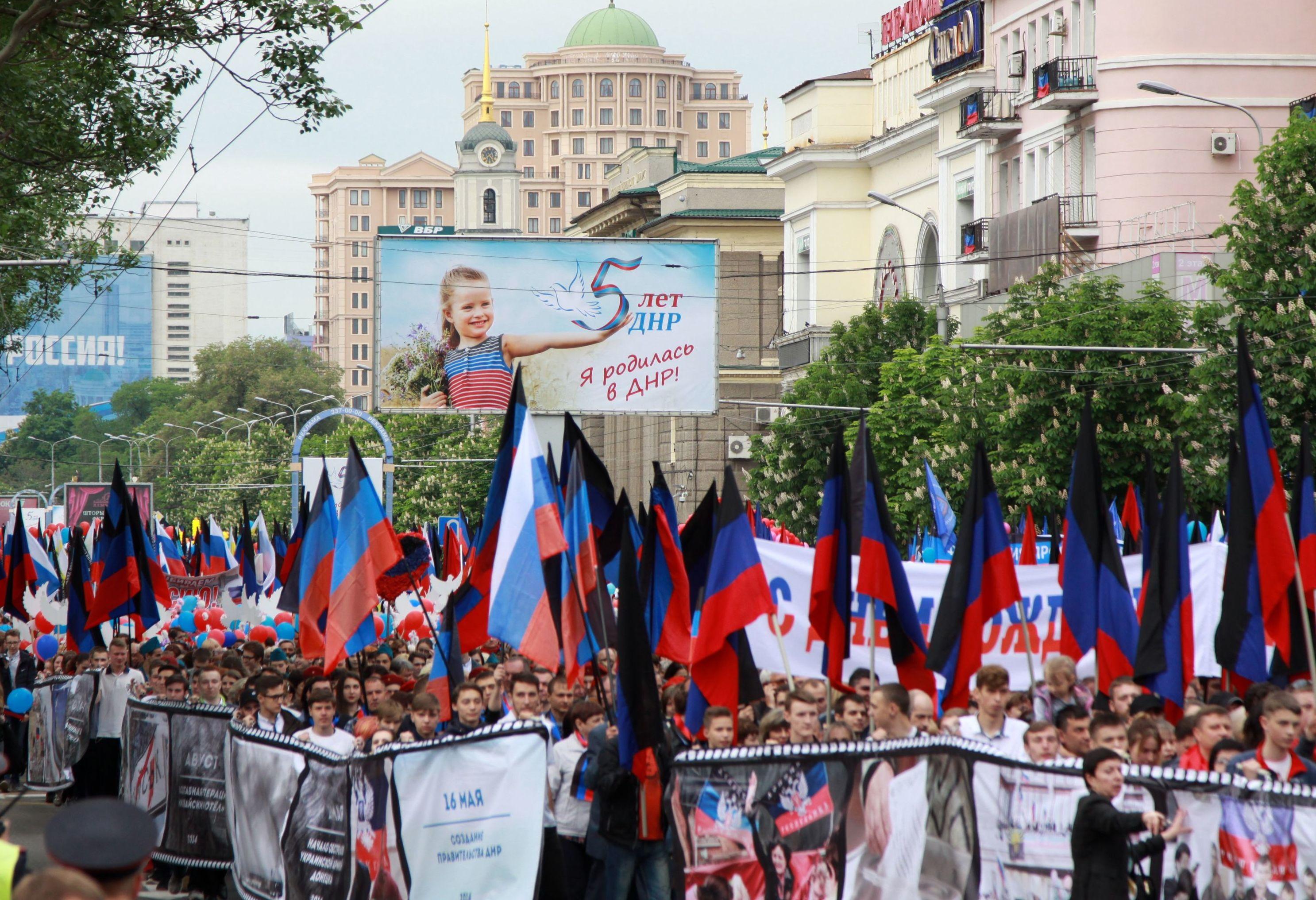 Participantes da marcha durante as celebrações do Dia da República Popular de Donetsk, no quinto aniversário da proclamação da independência
