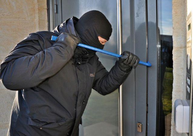 Um invasor de casa (foto de arquivo)