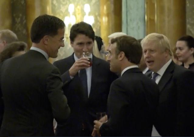 Líderes da OTAN conversam durante recepção no Palácio de Buckingham, em meio à conferência marcada por retórica dura, em 3 de dezembro de 2019