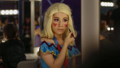 Uma cosplayer aplica maquiagem durante o festival Comic Con 2019 em São Paulo