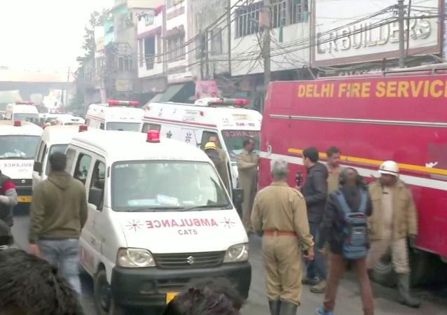 Ambulâncias e veículo de combate a incêndios no local de um incêndio mortal que atingiu uma fábrica onde os trabalhadores estavam dormindo, em Nova Deli, Índia, 8 de dezembro de 2019
