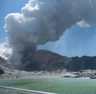Erupção do vulcão na Ilha Branca, na Nova Zelândia.