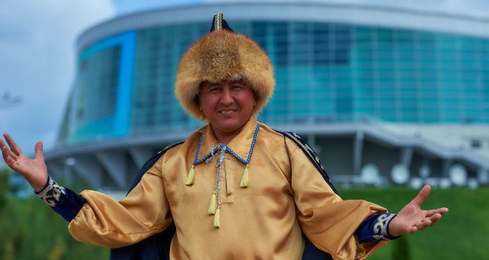 Um morador da República de Bashkortostan se preparando para receber os participantes da cúpula da SCO e BRICS no parque étnico Vatan.
