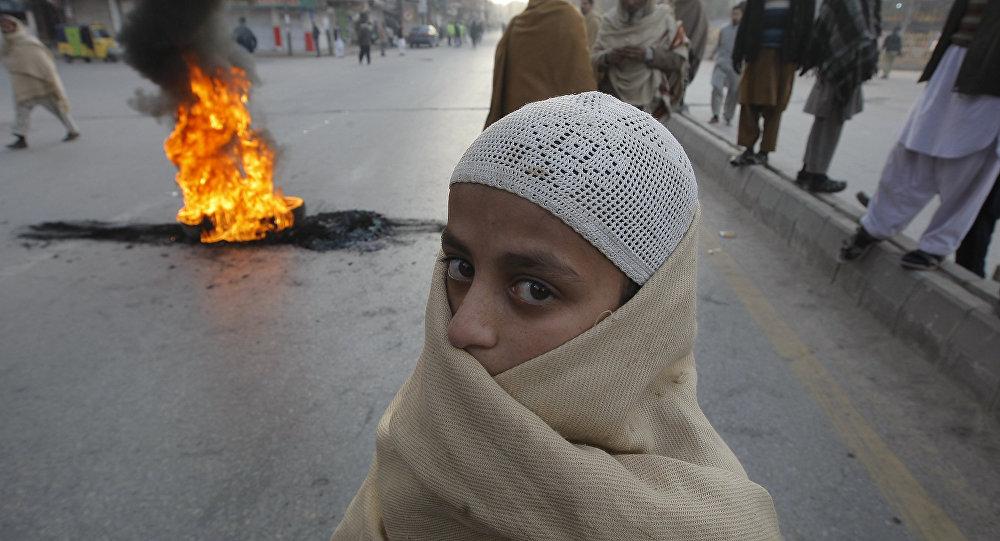 Um estudante em Peshawar, Paquistão