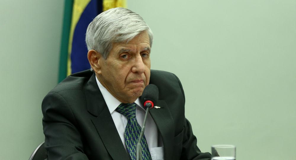 Apreensão de celular de Bolsonaro traria consequências imprevisíveis, diz general Heleno