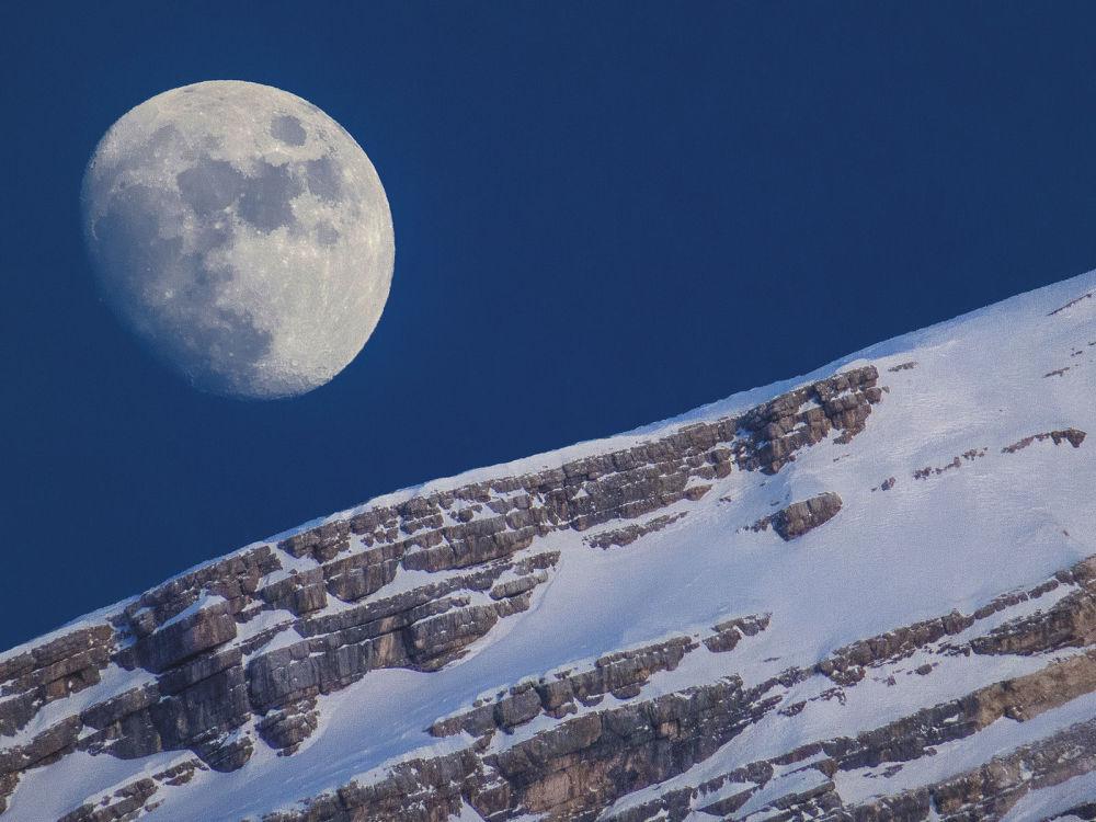 A foto de Marcella Giulia Pace Lua e Antelao. No fim da tarde em San Vito di Cadore, Itália a lua brilha sobre Monte Antelao.