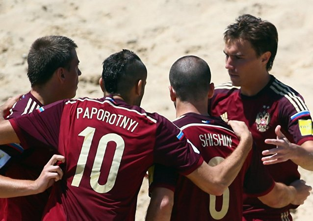 Jogadores russos comemoram um dos gols na vitória sobre o Paraguai na Copa do Mundo de Beach Soccer.