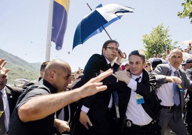 O primeiro-ministro Alexander da Sérvia Aleksandar Vucic em Srebrenica