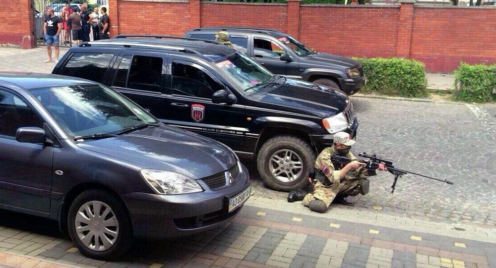 Combatente do Setor de direita toma posição em Mukachevo