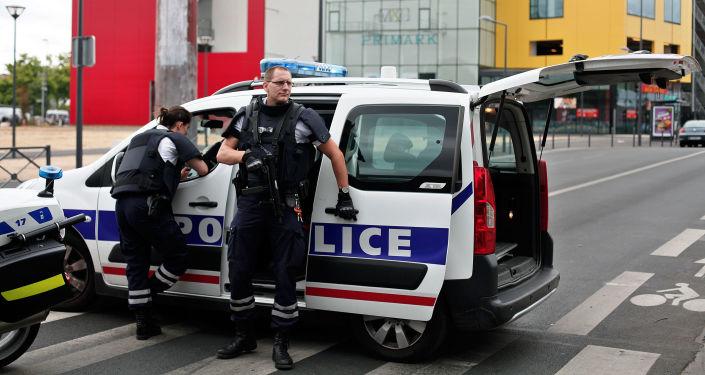 Polícia francesa perto da loja Primark, em Villeneuve-la-Garenne, onde alguns funcionários foram feitos reféns em 13 de julho de 2015.