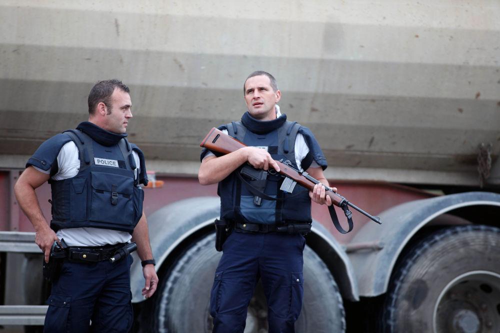 A Polícia permanece em alerta no exterior do prédio.