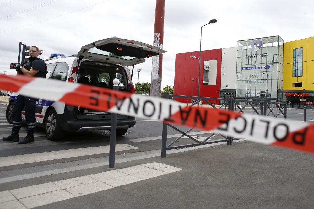 A Polícia estabeleceu um cordão de segurança em torno do centro comercial Qwartz.