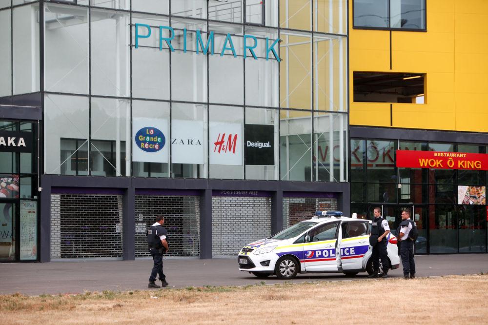 Agentes da Polícia frente à loja onde foram tomados reféns.