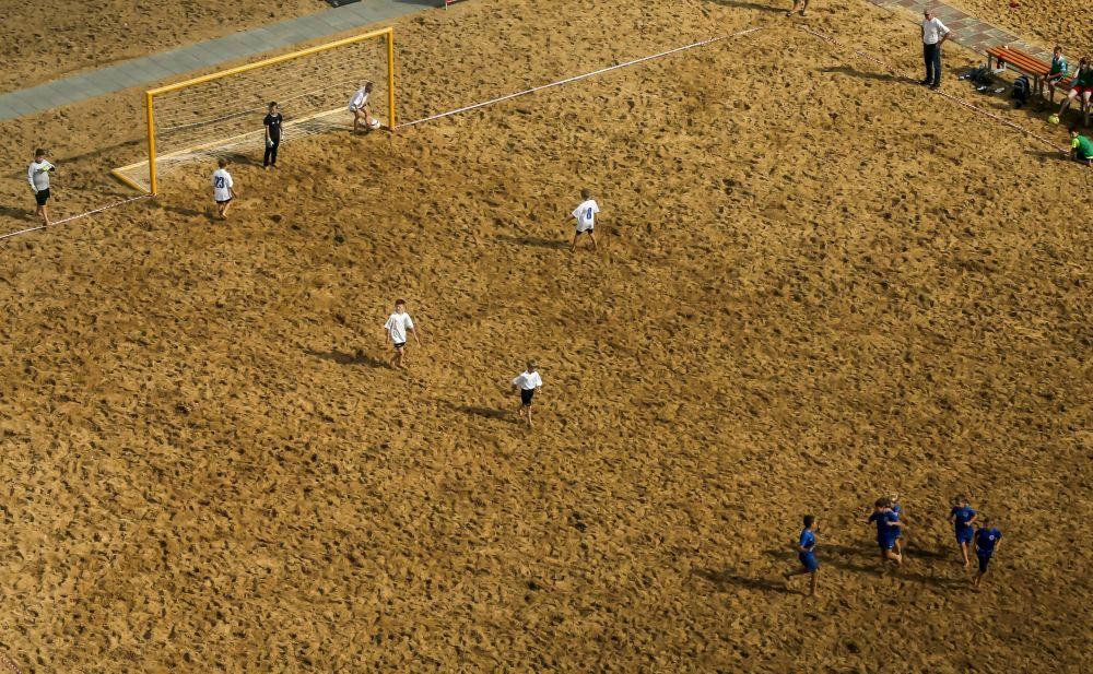 Crianças jogam futebol em Nizhny Novgorod, na Rússia