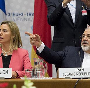 Federica Mogherini (esquerda) e Javad Zarif durante negociações sobre o programa nuclear iraniano, em Viena, em 14 de julho