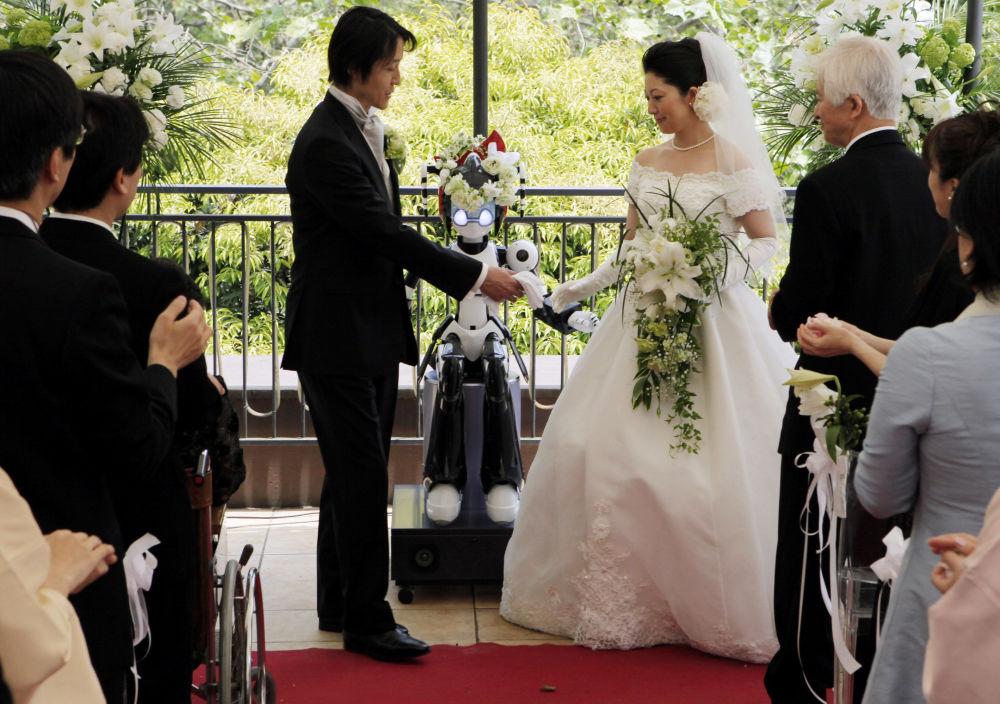 Robô anima um casamento em Japão.