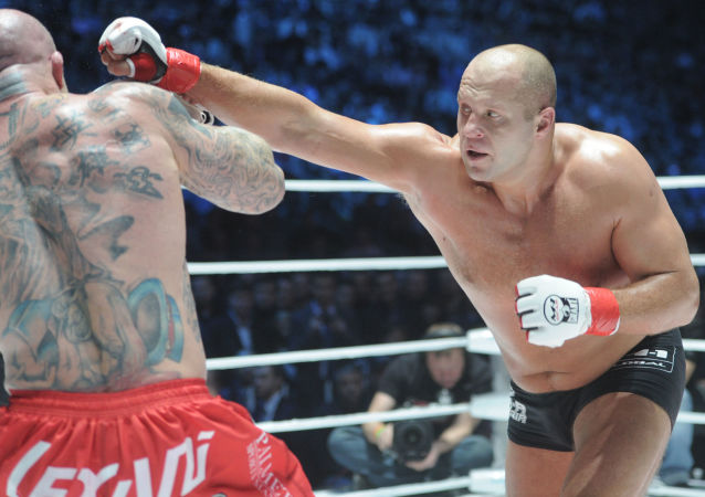 Fedor Emelianenko combate o norte-americano Jeff Monson durante M-1 Global.