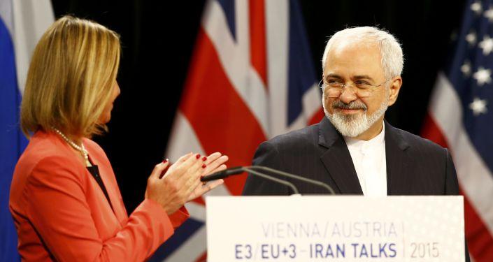 Alta Representante da UE para Política Externa e Segurança Federica Mogherini e Ministro das Relações Exteriores Mohammad Javad Zarif depois de assinar o acordo em Viena