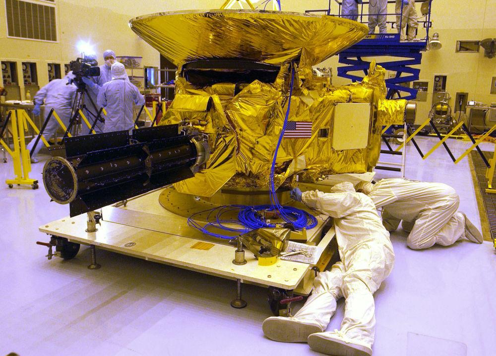 Engenheiros da Universidade Johns Hopkins testam a sonda New Horizons às vésperas de seu lançamento