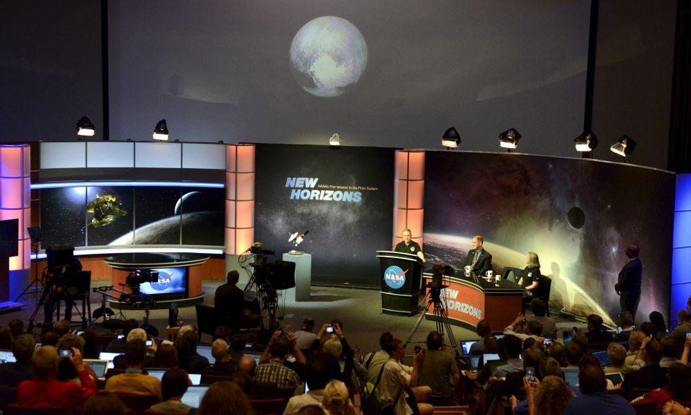 Jornalistas acompanha a apresentação oficial da imagem de Plutão no laboratório de física aplicada do estado de Maryland