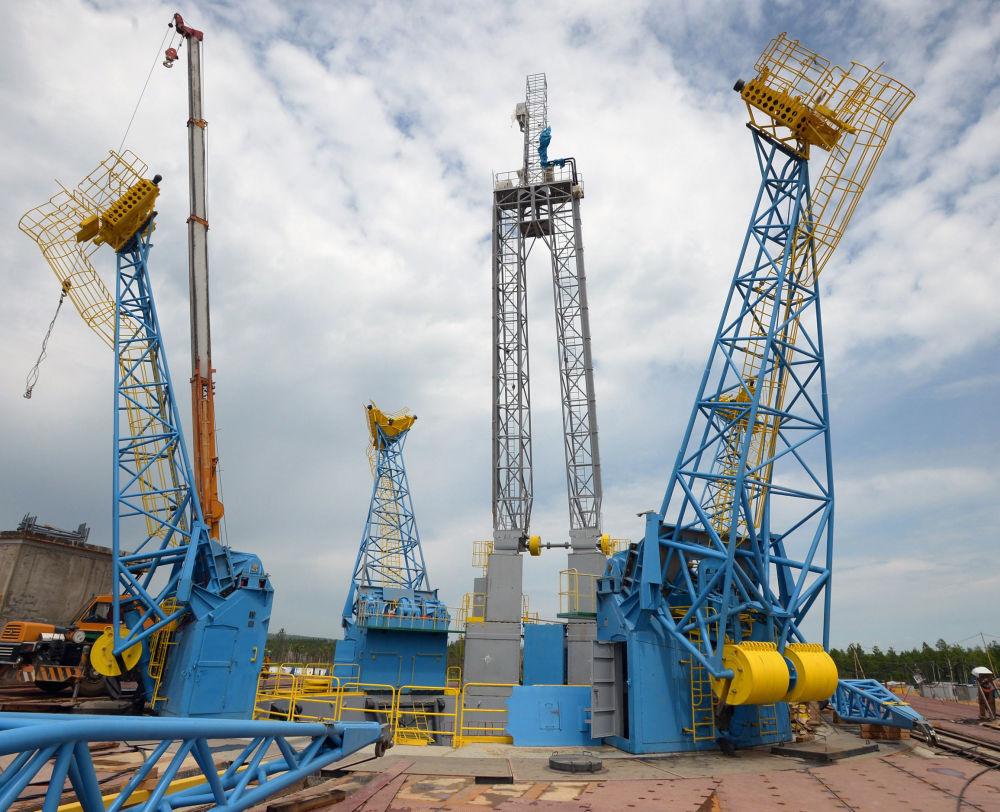Mastro de combustível na plataforma de lançamento do cosmódromo Vostochny.