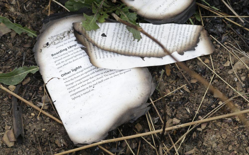 Livro queimado do avião MH17 perto da aldeia de Hrabove, no leste da Ucrânia