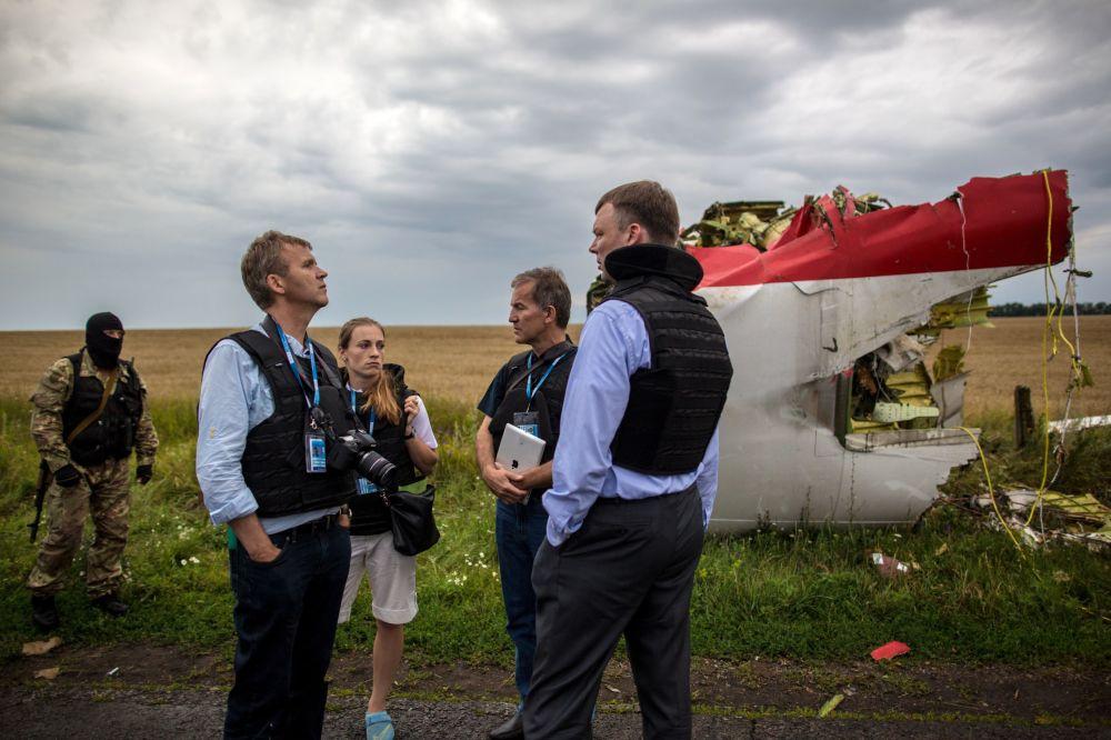 Especialistas da missão da OSCE no local da queda do Boeing 777 perto de Shahtersk, Donetsk