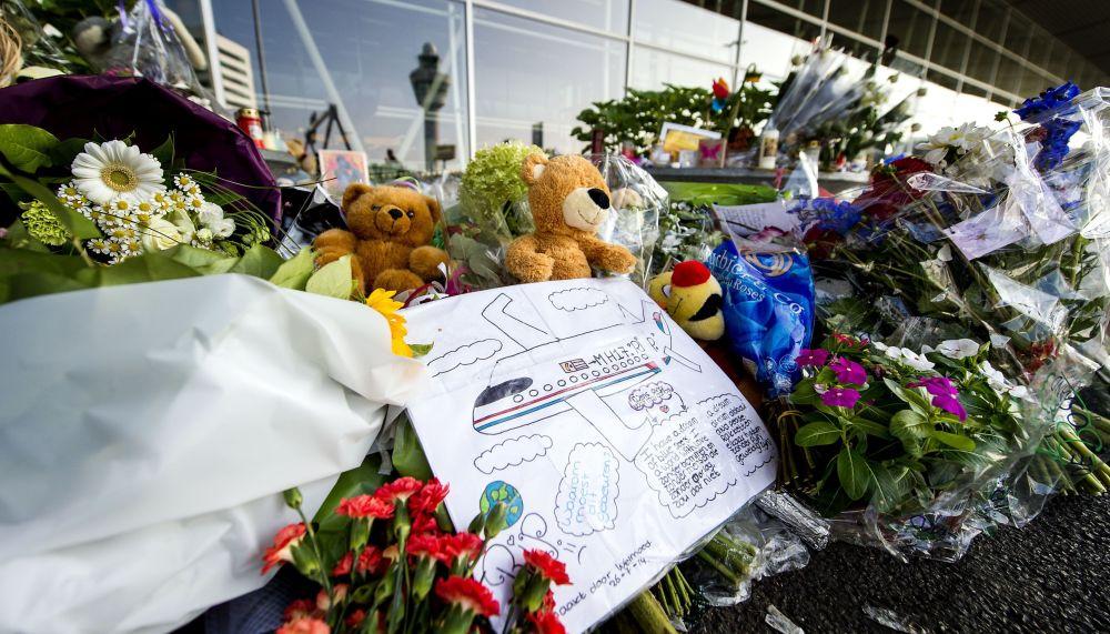 Flores e brinquedos em homenagem às vítimas do voo da Malaysia