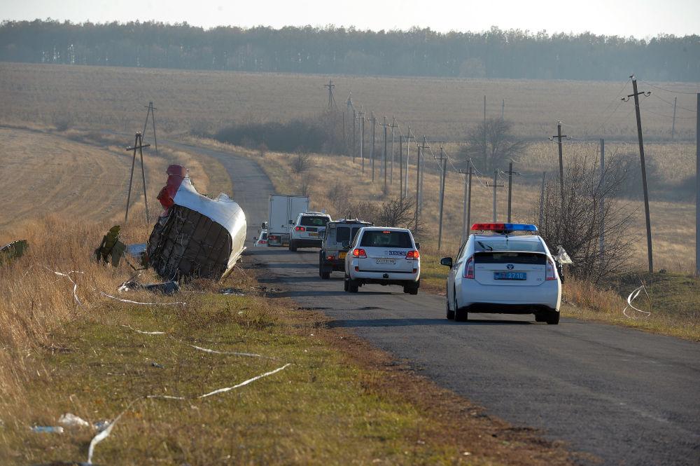Automóveis de especialistas da OSCE no local da tragédia do Boeing 777