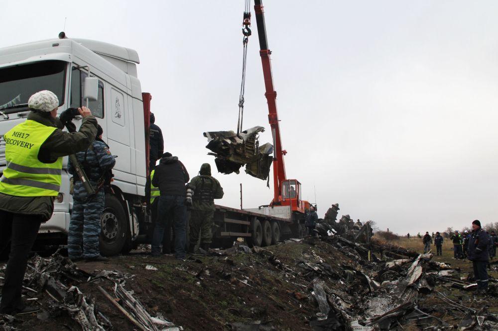 Equipes de resgate da República Popular de Donetsk removendo os destroços do Boeing-777