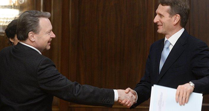 Sergei Naryshkin (direita) e Ilkka Kanerva durante encontro em Moscou