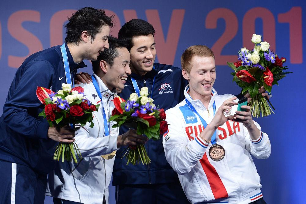 Vencedores do Campeonato Mundial de Esgrima em Moscou  na cerimônia de premiação:  Gerek Meinhardt, Yuki Ota, Alexander Massialas, Artur Akhmatkhuzin
