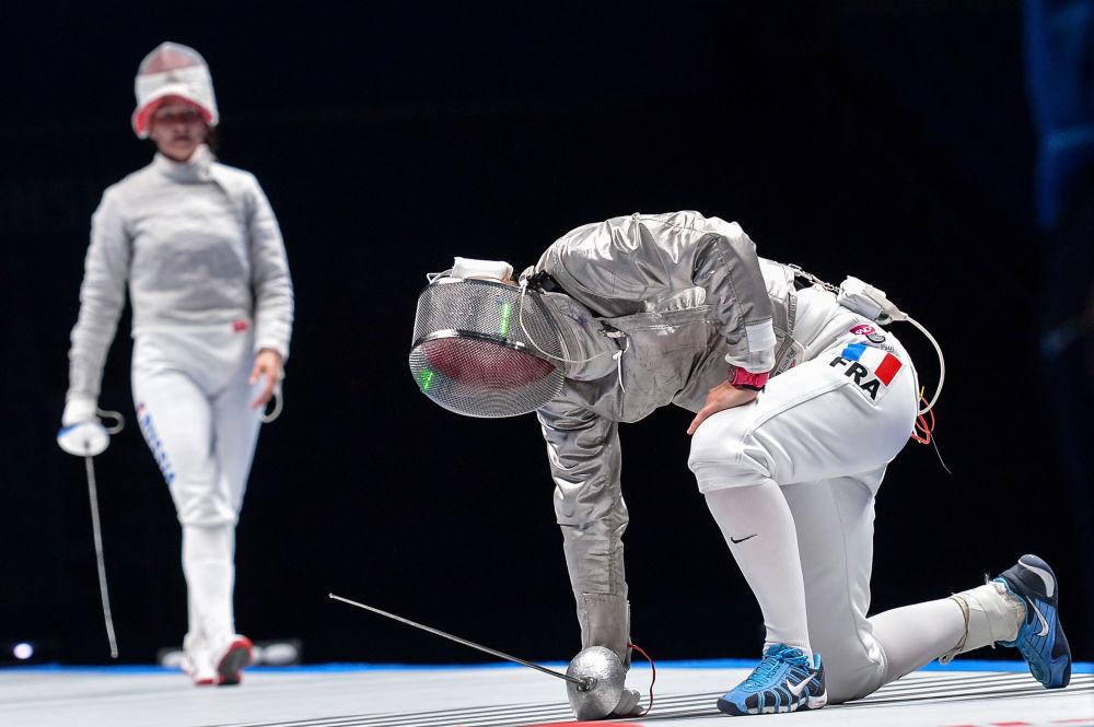 Sofiya Velikaya (Rússia) e Cécilia Berder (França) na final do Campeonato Mundial de Esgrima em Moscou na categoria de sabre.
