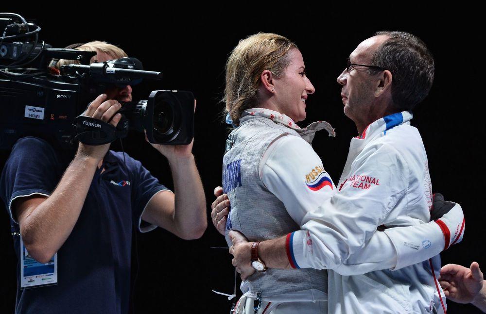 Inna Deriglazova celebra sua vitória na final da categoria de florete no Campeonato Mundial de Esgrima em Moscou