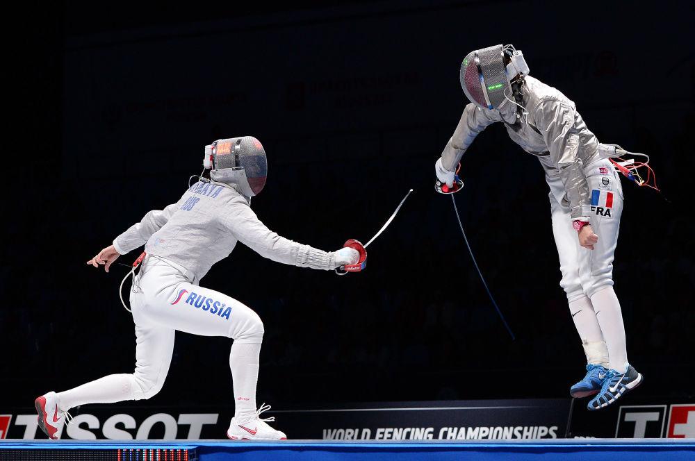 Sofiya Velikaya e Cécilia Berder na final do Campeonato Mundial de Esgrima em Moscou na categoria de sabre